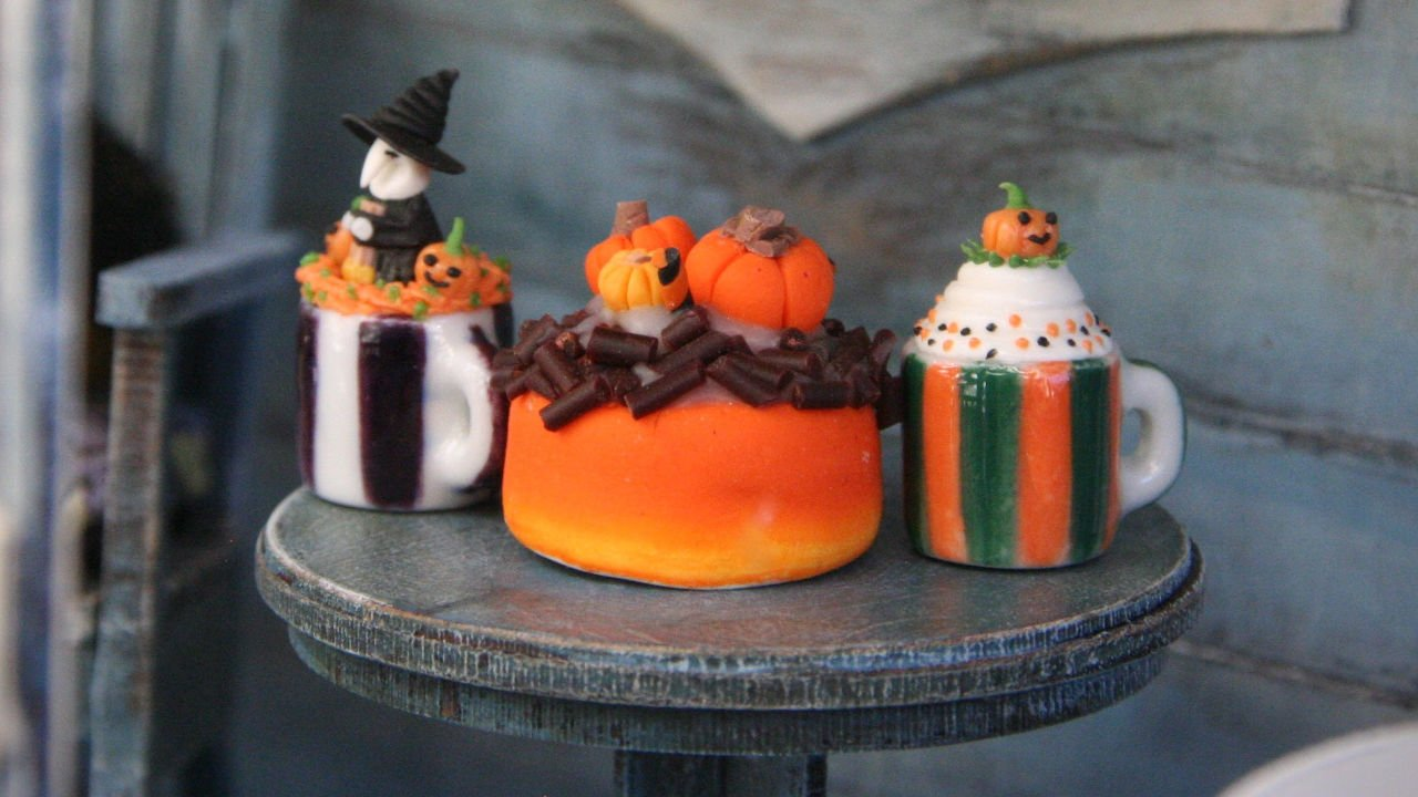 Halloween-themed cakes on top of a small table